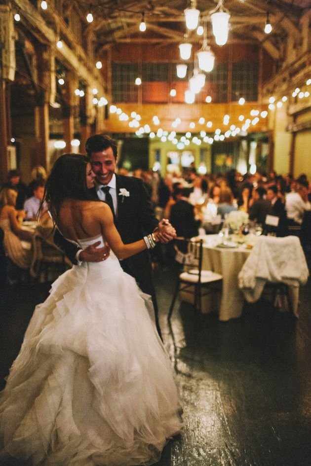 jeunes mariés qui dancent